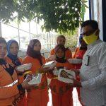 Jarot Bagi-bagi Makanan dan Masker ke Penyapu Jalan. Bersedekah Ingin Dapat Tiket Surga, Sering Juga Membantu Masjid